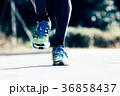 ランニングをする男性 足下 ジョギング マラソン 36858437