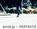 ランニングをする男性 足下 ジョギング マラソン 36858439