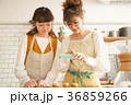 ライフスタイル 女性 お菓子作りの写真 36859266