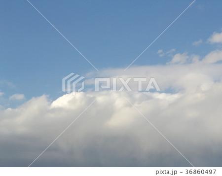 寒い冬の青空と白い雲 36860497