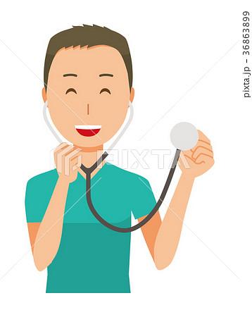 緑色のスクラブを着た男性医師が聴診器を持っている 36863899