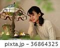 蝋燭の炎を見てくつろぐ女性 36864325