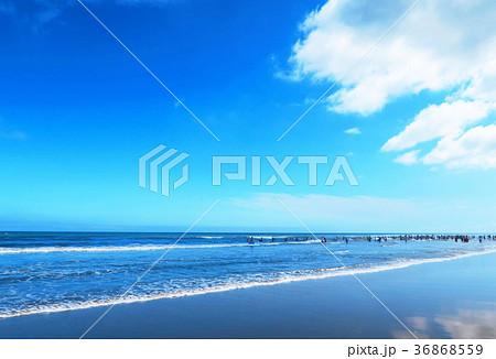 千葉県九十九里浜の殿下海水浴場の風景(青空、雲、波、砂浜) 36868559