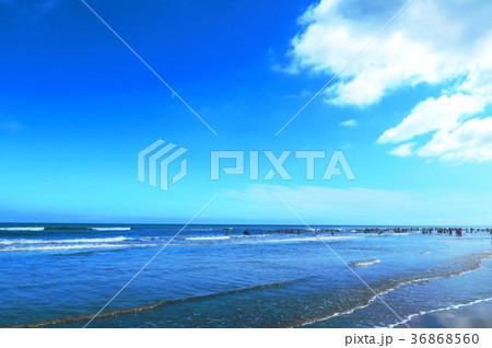 千葉県九十九里浜の殿下海水浴場の風景(青空、雲、波、砂浜) 36868560