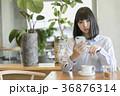 カフェ 女性 スマートフォンの写真 36876314