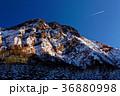 夕暮れの八ヶ岳・赤岳と飛行機雲 36880998