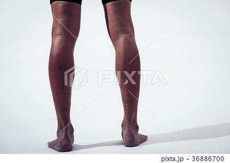 筋肉質な男性の脚 足 アスリート 36886700