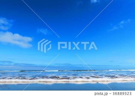千葉県九十九里浜の殿下海水浴場の風景(青空、雲、波、砂浜) 36889323
