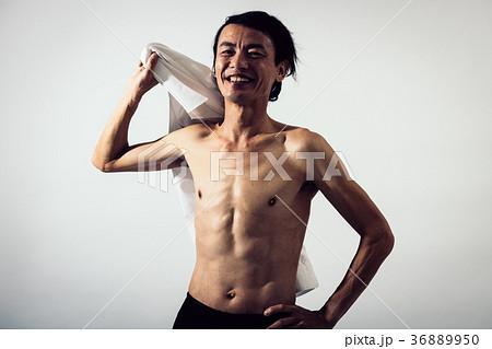 上半身裸の中年男性 筋肉 笑顔 36889950