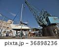 クレーンで吊り上げヨットを塗装する風景 36898236