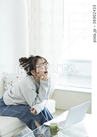 若い女性 パソコン 36902433