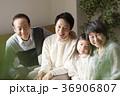 三世代 家族 人物の写真 36906807