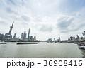 船が行き交う上海黄浦江越しに浦東と外灘を望む 36908416