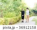 男女 新緑 歩道の写真 36912158