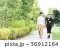 男女 新緑 歩道の写真 36912164