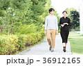 男女 新緑 歩道の写真 36912165
