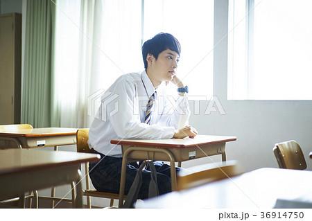 教室にいる学生 36914750