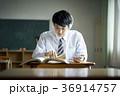 教室で勉強をする学生 36914757