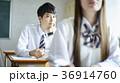 教室で勉強をする学生 36914760