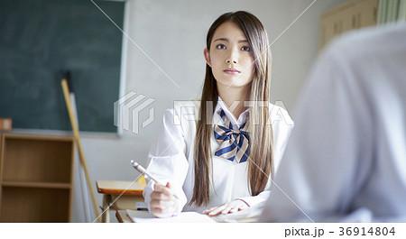 教室で勉強をする学生 36914804