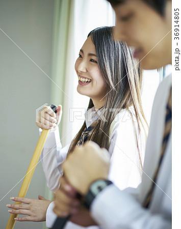 教室を掃除する学生 36914805