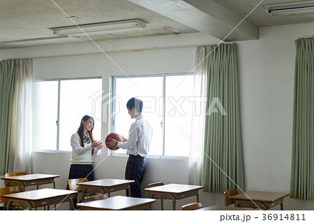 教室にいる男女 36914811