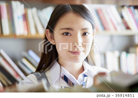 図書館にいる学生 36914851