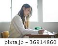 教室で勉強をする学生 36914860