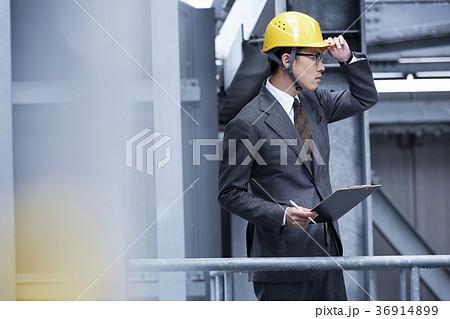 ヘルメットをかぶったビジネスマン 36914899