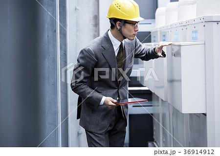 ヘルメットをかぶったビジネスマン 36914912