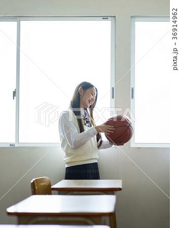 教室にいる学生 36914962