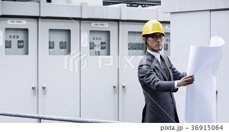 ヘルメットをかぶったビジネスマン 36915064