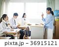 教室で勉強をする学生 36915121