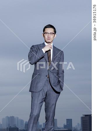 屋上に立つビジネスマン 36915176