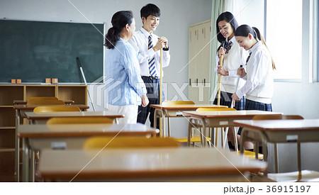 教室を掃除する学生 36915197