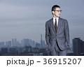 屋上に立つビジネスマン 36915207