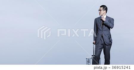 屋上に立つビジネスマン 36915241