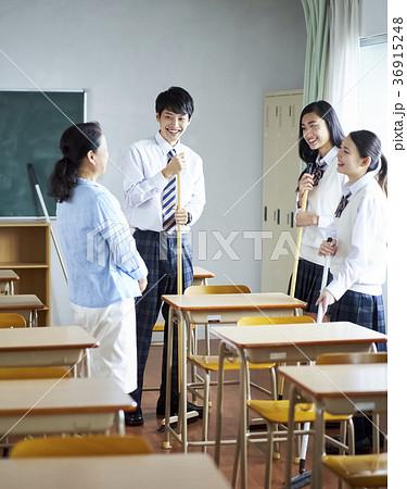 教室を掃除する学生 36915248