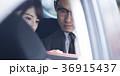 車内にいるビジネスマンとビジネスウーマン 36915437
