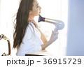 メイクアップをする女性 36915729