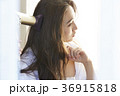 メイクアップをする女性 36915818