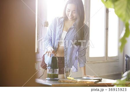 スムージーを飲む女性 36915923