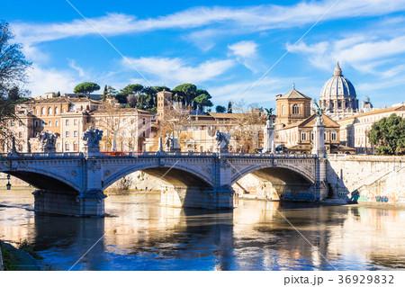 ローマ テヴェレ川とサン・ピエトロ大聖堂のクーポラ 36929832