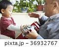 孫と遊ぶシニア 36932767