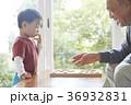 将棋をする子供とシニア 36932831