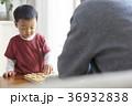 将棋をする子供とシニア 36932838