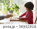 将棋をする子供とシニア 36932918