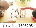 チェスをする子供とシニア 36932934