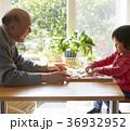 将棋をする子供とシニア 36932952