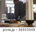 台所に立つシニア 36933049